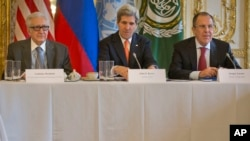 Từ trái: Đặc sứ Lakhdar Brahimi, Ngoại trưởng Hoa Kỳ John Kerry, và Ngoại trưởng Nga Sergey Lavrov dự cuộc họp tại Paris, 13/1/14