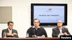 وزیر امور خارجه اکوادور ریکاردو پاتينو (وسط)