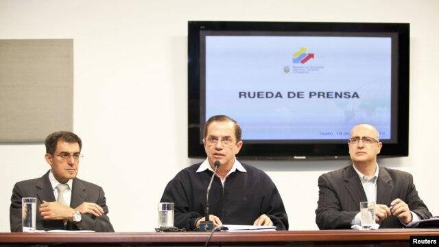 Bộ trưởng Ngoại giao Ecuador Ricardo Patino (giữa) mở cuộc họp báo liên quan đến vụ nhà sáng lập trang web Wikileaks xin tị nạn