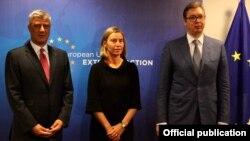 ARHIVA - Specijalna predstavnica EU Federika Mogerini sa predsednicima Kosova i Srbije, Hašimom Tačijem i Aleksandrom Vučićem