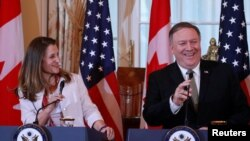 加拿大外长弗里兰(左)与美国国务卿蓬佩奥2018年12月14日出席记者会(路透社)
