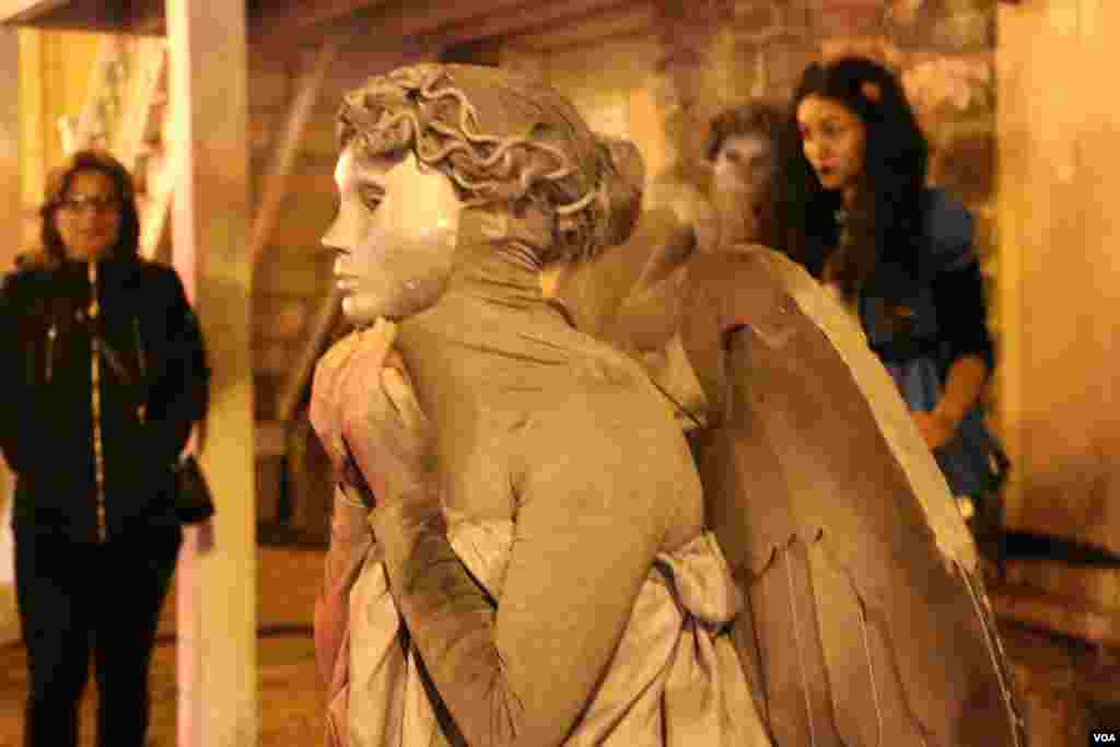 شب هالووین در واشنگتن دی سی، پایتخت آمریکا این زن هم به شکل مجسمه ای، ثابت در آمده بود.