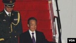 Perdana Menteri Wen Jiabao tiba di Bandara Halim Perdana Kusuma Airport di Jakarta, Kamis (28/4).