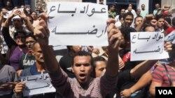 Người biểu tình Ai Cập cầm biểu ngữ phản đối quyết định của Tổng thống Ai Cập el-Sissi tặng 2 hải đảo cho Ả Rập Xê Út, ngày 15/4/2016.
