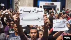 Warga Mesir mengecam penyerahan dua pulau, Tiran dan Sanafir, oleh pemerintah Mesir kepada Arab Saudi, dalam aksi di Kairo, hari Jumat (15/4).