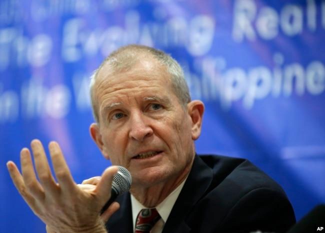 2013年10月4日,前美军太平洋司令丹尼斯・布莱尔上将(Admiral Dennis Blair)在马尼拉东部马卡蒂金融区的亚洲管理学院的新闻发布会上讲话。