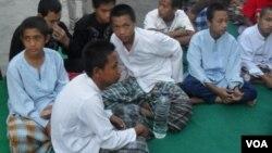 Para napi anak-anak di Rutan Solo menerima pembagian baju dan sarung baru untuk merayakan lebaran (foto: Yudha/VOA).