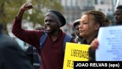 Manifestantes em Portugal pedem liberdade de expressão em Angola, depois da sentença aos activistas em Luanda. 28 de Março