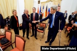 US Secretary of State John Kerry shakes hands with French Foreign Minister Laurent Fabius before resumption of Iranian nuclear negotiations in Vienna, Austria, July 10, 2015.