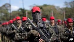Soldados brasileiros em alerta máxima