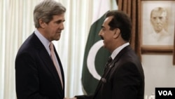 Senator AS John Kerry (kiri) bertemu PM Yusuf Raza Gilani di Islamabad (16/5). Kerry mengatakan kunjungannya untuk memperbaiki hubungan bilateral yang tegang pasca penggerebekan Bin Laden.