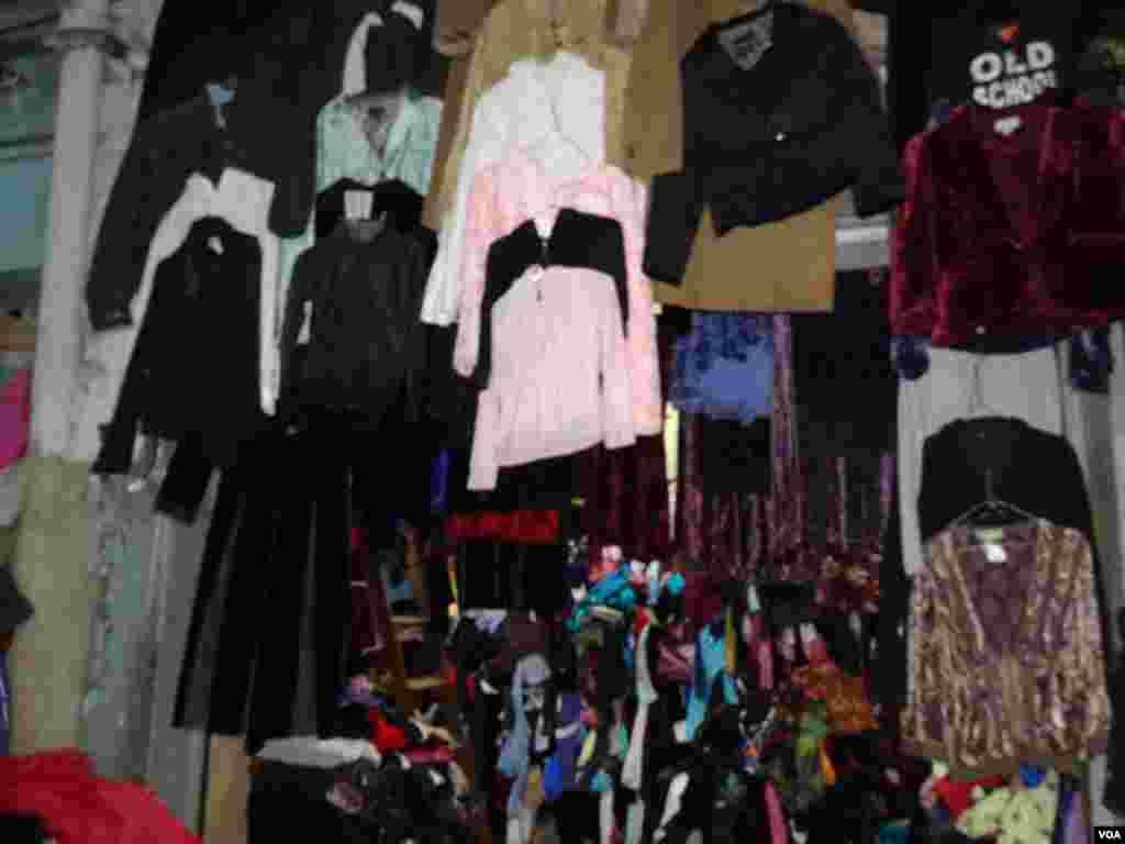 لائٹ ہاؤس لنڈا بازار میں پرانے اونی ملبوسات برائے فروخت