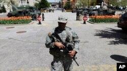 Một cảnh vệ quốc gia đứng gác bên ngoài tòa thị chính ở Baltimore, 29/4/2015.