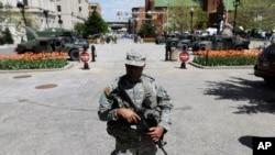2015年4月29日,一名国民警卫队军人守卫在巴尔的摩市政厅外面。