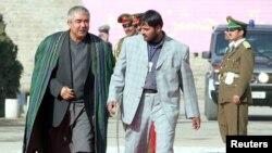 افغانستان کا ایک وارلارڈ رشید دوستم، کابل کے صدارتی محل کی ایک تقریب میں شرکت کے لیے آ رہے ہیں۔ 7 دسمبر 2004