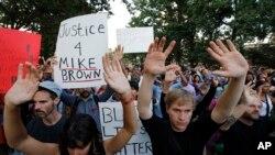 14일 미국 워싱턴의 말콤 엑스 공원으로 알려진 메리디안 힐 공원에서 시위대가 경찰의 총격으로 숨진 10대 흑인 소년의 죽음에 항의하고 있다.