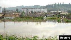 지난 2012년 7월 북한 평안남도 안주시에서 홍수로 집들이 물에 잠겨 있다. (자료사진)