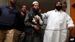 파키스탄 당국에 체포된 바라다르(가운데) 모습. (자료사진)