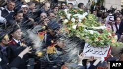 Сирийские полицейские провожают в последний путь погибших сослуживцев