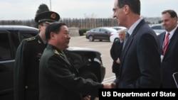 2012年美国国防部负责政策的副部长詹姆斯·N.·米勒五角大楼会见中国人民解放军副总参谋长戚建国(资料照片)