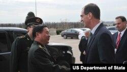 Thứ trưởng Quốc phòng Mỹ phụ trách về chính sách Jim Miller (phải) và tướng Tề Kiến Quốc của Trung quốc trước cuộc họp tại Bộ Quốc phòng Hoa Kỳ 12/12/12