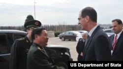 国防部次长米勒(右)会见戚建国中将(左)