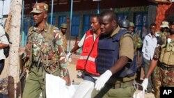 Soldados y rescatistas llevan el cuerpo de la víctima de un ataque en Mandera, Kenya, en el que murieron al menos 14 personas. Julio 7 de 2015,