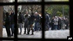 西班牙加泰地區選民在巴塞羅那一個選舉票站外派對投票。