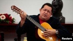 Ugo Čaves svira gitaru tokom zasedanja vlade u Karakasu