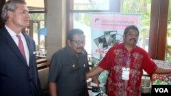 Gubernur Jawa Timur Soekarwo dan Gunter Pauli, pendiri Zero Emissions Research and Initiatives (ZERI), meninjau hasil olahan limbah di Surabaya (13/4). (VOA/Petrus Riski)