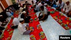 Kaum Muslim berdoa sebelum berbuka puasa di bulan Ramadan di sebuah masjid, 1 Juli 2014.