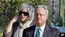 Judy Gross, junto al abogado Peter J. Kahn, envía medicamentos a su esposo para el colesterol, pero son insuficientes y no llegan a tiempo.