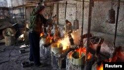 Добыча редкоземельного металла - лантана. Дамао, Китай