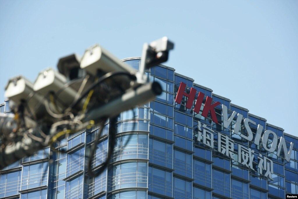 资料照:浙江杭州海康威视总部旁的监控摄像头(photo:VOA)