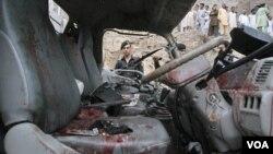 Sebuah kendaraan polisi yang terkena serangan bom pinggir jalan di Peshawar (11/8).