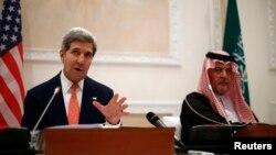 4일 사우디아라비아 리야드에서 존 케리 미국 국무장관이 사우드 알 파이살 아우디아라비아 왕자와 회담을 마친뒤 공동 기자회견을 가졌다.