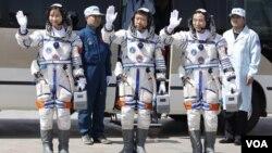 中国宇航员景海鹏、刘旺和刘洋在出发时挥手致意