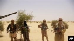 Pemberontak dari kelompok Islamis Ansar Dine dalam serah terima sandera di padang pasir di luar Timbuktu, Mali. (Foto: Dok)