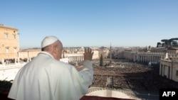 """Le pape François peu avant son traditionnel discours """"Urbi et Orbi"""", le 25 décembre 2019. (AFP PHOTO /VATICAN MEDIA)"""