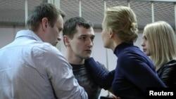 Lãnh tụ đối lập Nga Alexei Navalny và vợ Yulia an ủi em trai Oleg Navalny và vợ Victoria sau phán quyết của tòa án ở Moscow, ngày 30/12/2014.
