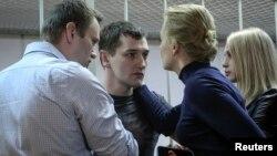 Blogger Aleksey Navalniy (chapda) va ukasi Oleg Moskvadagi sud binosida. 30-dekabr, 2014-yil.