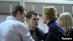 Alexei Navalny, aktivis politik dan blogger anti korupsi, beserta istrinya Yulia, terlihat bersama Oleg Navalny dan istrinya Victoria sesudah sidang pengadilan di Moskow, 30/12/2014.