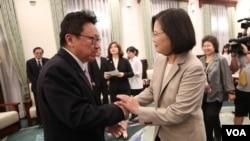 台灣總統蔡英文與旅美中國民運人士陳破空握手。