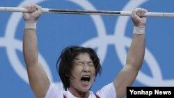 브라질 리우올림픽 역도 여자 75㎏급 결승에서 북한의 림정심이 바벨을 들어 올리고있다.