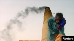 ایک پاکستانی مزدور سکھر کے قریب اینٹوں کے ایک بھٹے پر کام کر رہا ہے۔ فائل فوٹو
