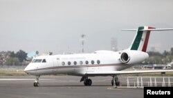 Pesawat yang membawa presiden terguling Bolivia Evo Morales tiba setelah ia diberikan suaka, di Mexico City, Meksiko, 12 November 2019. (Foto: Reuters / Edgard Garrido)