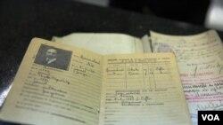 სურათზე: ნოე რამიშვილის ფრანგული პასპორტი თბილისის აეროპორტში