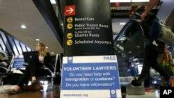 Voluntarios listo para ayudar en los aeropuertos a la salida de pasajeros de vuelos internacionales en el caso se presenten inconvenientes ante el anuncio de la nueva versión de la prohibición de viaje.