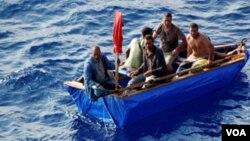 Un grupo de balseros cubanos rescatados por guardacostas de EE.UU. en el estrecho de la Florida.
