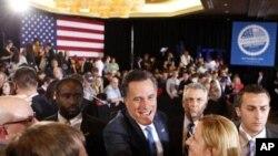 ອະດີດຜູ້ປົກຄອງລັດ Massachusetts ທ່ານ Mitt Romney (ກາງ) ພວມຈັບມືກັບພວກສະໜັບສະໜຸນ ທ່ານ ທີ່ລັດ Ohio (7 ມີນາ 2012)
